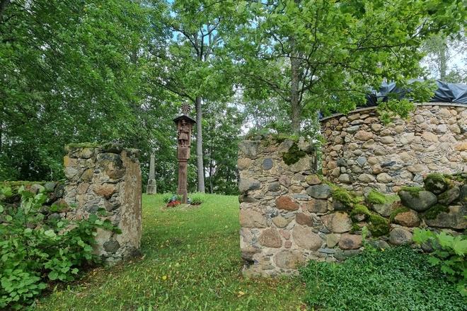 Taukelių dvaro senosios kapinės ir gydytojo J. Šimkevičiaus kapas