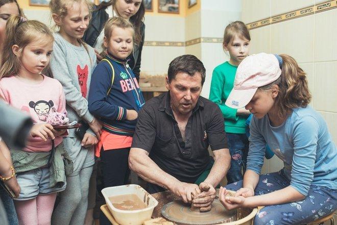 Puodų žiedimas Vytauto Valiušio keramkos muziejuje